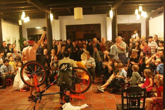 Một buổi diễn kịch ở AMI galerie, 46 Nguyễn Thái Học, Hội An, Photo credited to AMI GALERIE